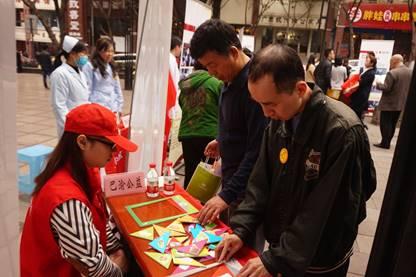 巴渝公益参加青字号志愿服务联盟走进社区市民学校成立仪式并现场服务群众