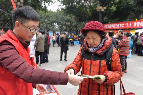 环保法制宣传活动走进通远门城墙遗址公园