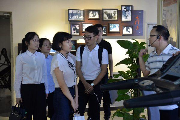 渝中区 2017 年选调生参观学习国贸中心党群服务工作