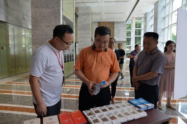 渝中区区长商奎到国贸中心党群服务中心调研