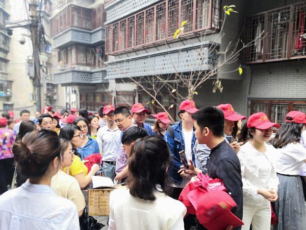 """国贸中心党群服务中心志愿者走进社区开展""""流动小红帽志愿暖人心""""活动"""