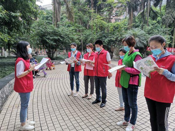 志愿者走进电力小区开展垃圾分类入户宣传活动